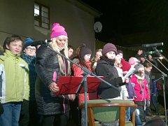 Na Rychnovsku si lidé zazpívali i na Jiráskově náměstí v Kostelci nad Orlicí. Pěveckými hosty  akce byli zpěváci Jana Koutová a Jaroslav Beneš.