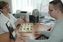Nošení kontaktních čoček každý den vyjde dráž než brýle. Záleží však na tom, co kdo preferuje
