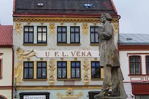 Socha F. V. Heka (Jiráskova F. L. Věka) v Dobrušce.