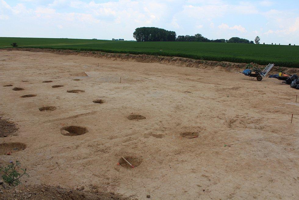 Trasu, kudy povede obchvat, prozkoumávají archeologové. Kůlové jamky.