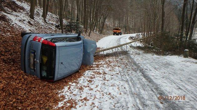 Havárie osobního automobilu ve Skuhrově nad Bělou.