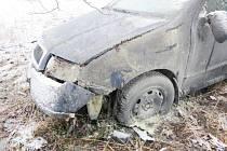 Na rozbředlém sněhu dostala žena smyk, vyjela vlevo mimo vozovku a narazila přední částí auta do pařezu.