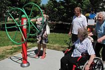 Cvičební stroje pro seniory na novém hřišti v Opočně si vyzkoušeli i vozíčkáři.