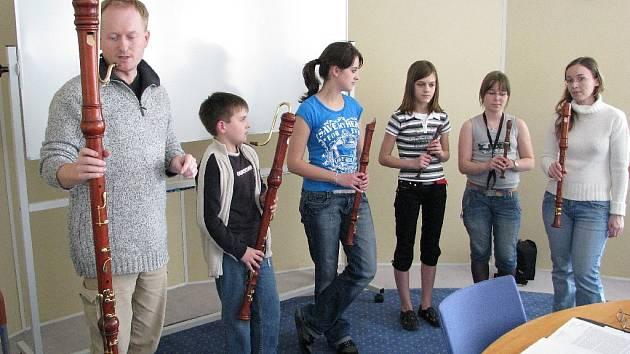 Flétnový soubor Základní umělecké školy Sarabanda, který i na mezinárodních soutěžích sklízí jeden úspěch za druhým a účinkuje se špičkovými interprety, již brzy zahraje na nové nástroje.