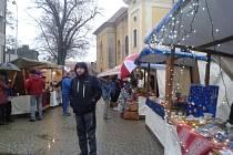 Vánoční ulička v Kostelci nabídla opět tradiční řemesla, vánoční atmosféru a také čertovskou návštěvu.