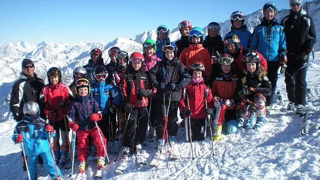 ´MLADÍ SJEZDAŘI oddílu TJ Sokol  Deštné v Orlických horách během soustředění  na rakouském ledovci Stubai