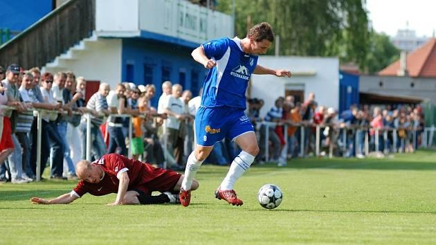Z divizního utkání Týniště - Kunice (1:2). Domácí útočník Ondřej Ujec se zbavil svého strážce.