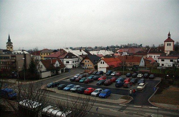 V Dobrušce byla vybudována dvě nová parkoviště poblíž náměstí F. L. Věka.