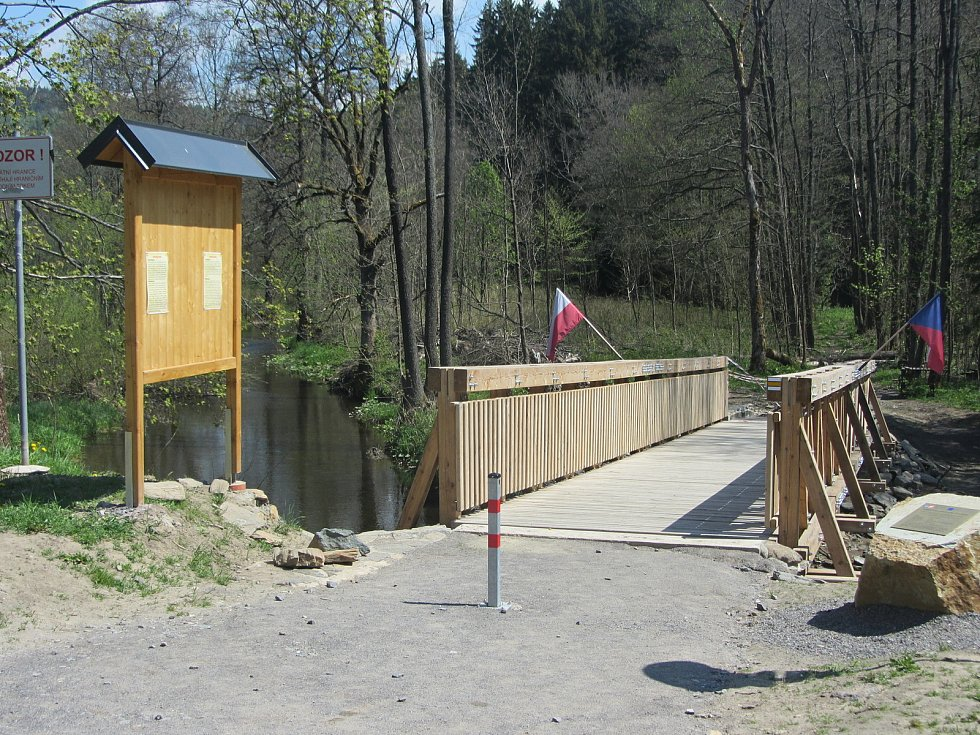 Hraniční most pro pěší a cyklisty v Neratově.