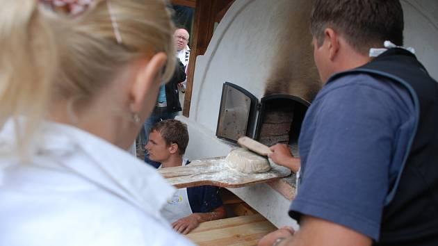 Pečení chleba v Synkově-Slemeni