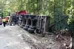 U Kosteleckých Horek se převrátil náklaďák
