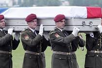Kolegové nesli rakve padlých vojáků.