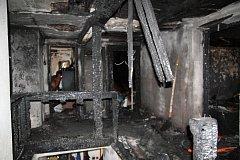 Plameny uvěznily obyvatele v domě