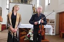BENEFIČNÍ KONCERTY v Přepychách a v Deštném projevili značný zájem příznivci krásné hudby i lidé, kterým není lhostejný neutěšený stav vzácných nástrojů.