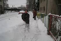 Nová sněhová nadílka zakryla rychnovské ulice. Občané začali s úklidem.