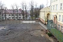 V areálu školy vyroste zastřešený altánek, který bude složit pro výuku  a také dvě hřiště.  Zatím je tu staveniště.