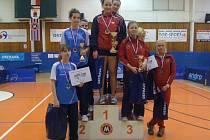 STUPNĚ VÍTĚZŮ. Doberské dorostenky Simona Šlehoborová, Aneta Sedloňová a Kateřina Rozínková s bronzovými medailemi