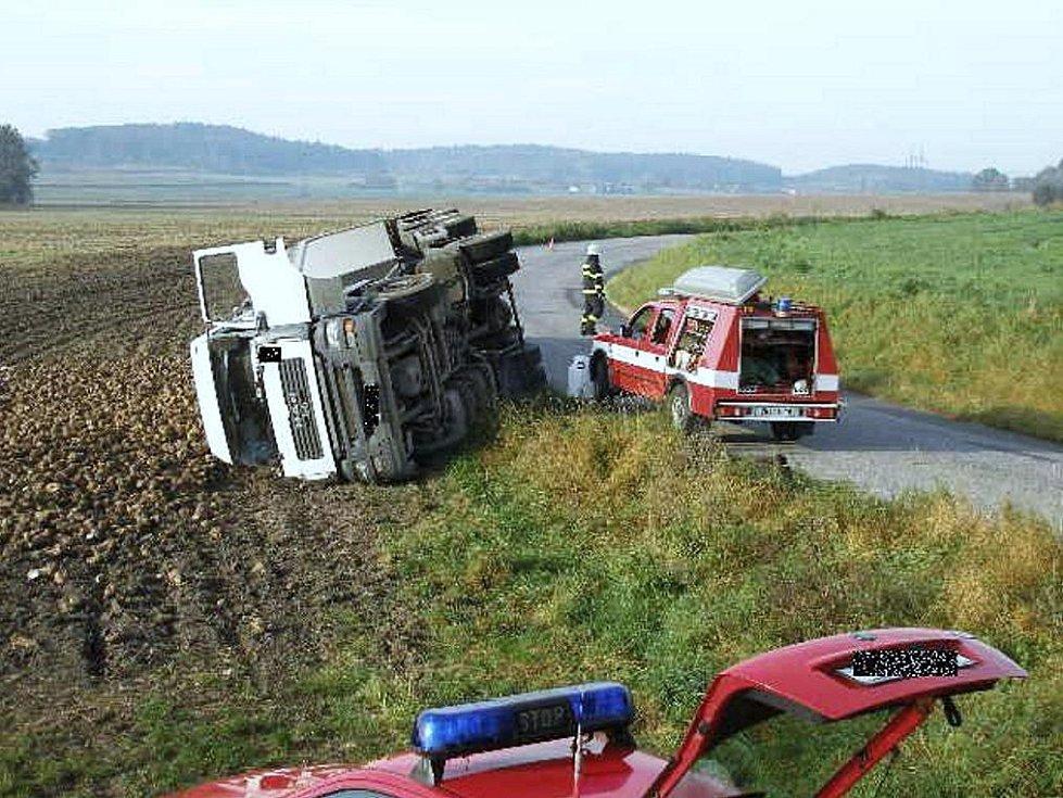 Nehoda, při níž se nákladní vůz převrátil přes příkop, si vyžádala zranění řidiče. Kolize se stala v sobotu ráno u Českého Meziříčí.