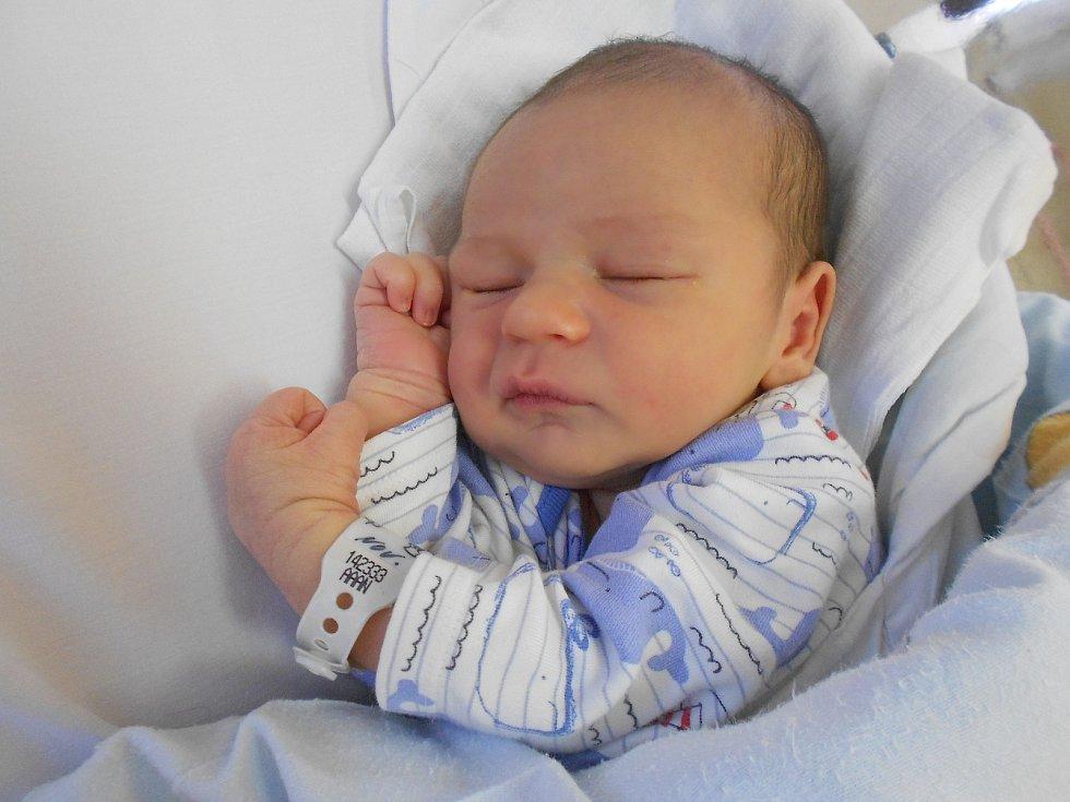 MATĚJ FORMAN přišel na svět 2. června v 11.27 hodin. Měřil 51 cm a vážil 3200 g. Velkou radost udělal svým rodičům Markétě a Filipu Formanovým ze Žamberka. Tatínek to u porodu zvládl velmi dobře.