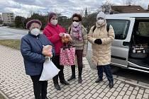 Členové Městské organizace seniorů vDobrušce a spolku Doteky naděje.