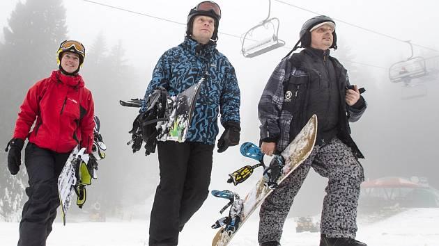 Čtyřsedačková lanovka v Říčkách v Orlických horách jezdila také v sobotu a neděli. Na zasněžené červené sjezdovce se lyžovalo bez čekacích dob. Sníh byl lehce přimrzlý.