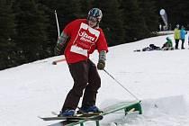 VE SNOW PARKU se můžou vyřádit i lyžaři.
