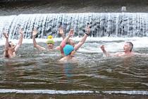 Otužilci se již tradičně vykoupali v řece Kněžně.l