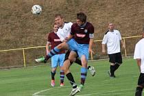 Rychnovský Miroslav Semerád (v bílém) bojuje o míč s náchodským kapitánem Janem Kábrtem.
