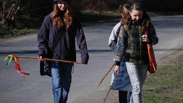 POMLÁZKU DO RUKY, vejce za odměnu. Velikonoční koleda chlapců i dívek zůstává živým zvykem, ale mnohé tradice jsou již minulostí.