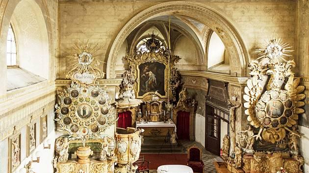 KOSTEL v Bartošovicích se chlubí krásným barokním interiérem,i ten je ale třeba restaurovat.