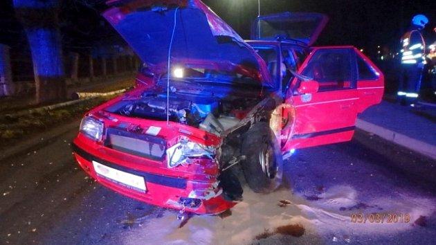 Dopravní nehoda osobního automobilu a traktoru vKvasinách.