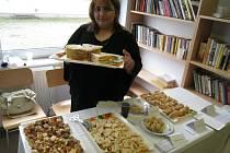 Osm kuchařek z Pobytového střediska pro žadatele o udělení mezinárodní ochrany v Kostelci nad Orlicí připravilo sladké speciality své národní kuchyně.