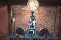 Hodiny na věži kostela pohání nový synchronizátor času.