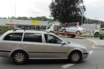 KRUHOVÝ OBJEZD U ÚŘADU práce je při dopravní špičce často zablokovaný.
