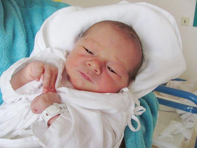 KUBÍČEK SÝKORA se narodil 14. října manželům Ivě a Jakubovi Sýkorovým z Uhřínovic. Na svět se poprvé podíval v 5.04 hodin s váhou 3,07 kg a délkou 50 cm. Tatínek byl mamince u porodu obrovskou oporou.