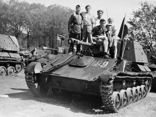 SAMOHYBNÁ DĚLA SU-76 zaparkovaná v květnu 1945 v Opočně.