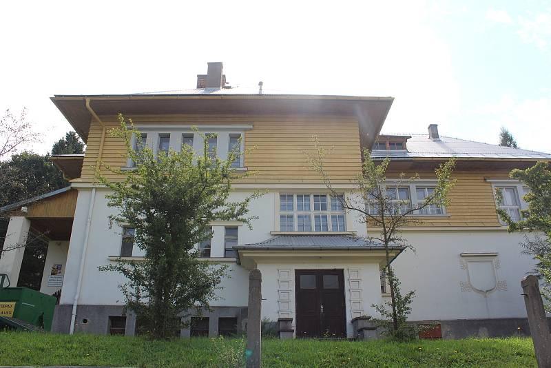 Stará česká škola v Olešnici v Orlických horách pochází z meziválečných let, slavnostně byla otevřena 13. září 1925.