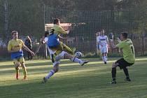 Přepyšský gólman Tomáš Ježek čelí jedné z akcí fotbalistů Vamberka, kteří utkání vyhráli 3:1.
