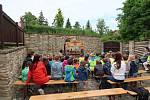 Loutkové divadlo zahrálo dětem k svátku.
