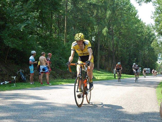 Po absolvování devadesáti kilometrů silničních okruhů projel cílem první Petr Adámek (na snímku).