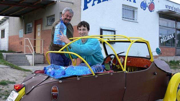 Otec a syn Libotovští před palírnou v Malé Ledské.