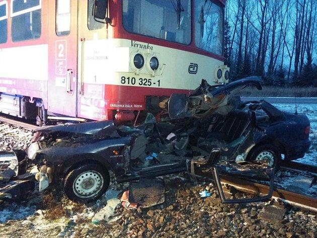 Řidič osobního auta jedoucí od Rokytnice vOrlických horách vjel pod vlak, jeho spolujezdkyně nepřežila.