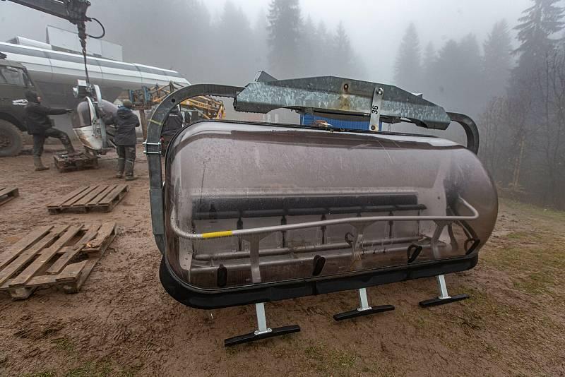 V Říčkách v Orlickcých horách dokončují novou lanovku které bude již tuto sezonu vozit lyžaře na vrchol Zakletý.
