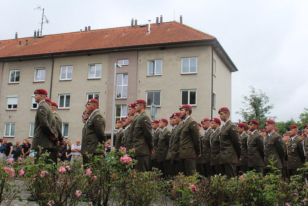 Pietního aktu se zúčastnili vojáci.