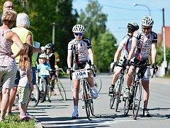START. Na souboj s časomírou se vydalo sedmdesát cyklistů všech věkových kategorií. Trasa je zavedla z Kvasin až na Luisino Údolí, mládežnické kategorie absolvovaly kratší tratě.