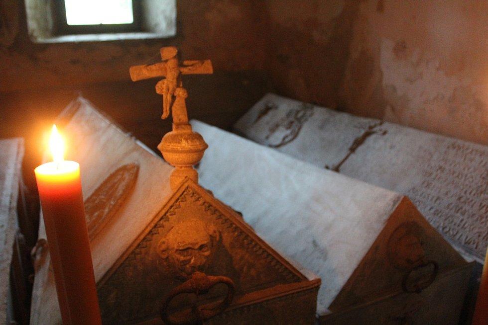 Při nočních prohlídkách opočenského zámku lidé sestoupili i do trčkovské hrobky.