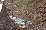 """Místo hromady nepořádku a různorodého odpadu  zde zůstala cedule s káravým nápisem: """"Podívejte se na sebe lidi, jaký jste p... Uklidili jsme to za Vás. Rybenští pankáči."""""""