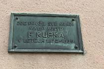 Budoucí muzeum. Na domě, kde žili Kupkovi v Dobrušce, je pamětní deska.