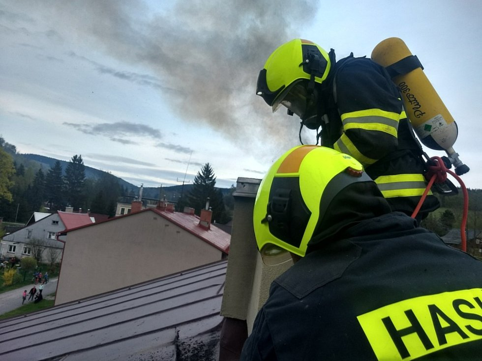 Hasiči při požáru bytovky evakuovali jedenáct osob.