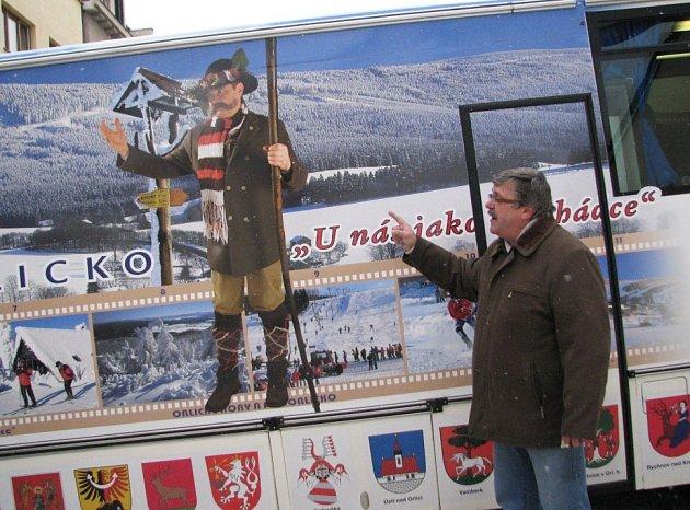Místostarosta Miroslav Richter před Infobusem